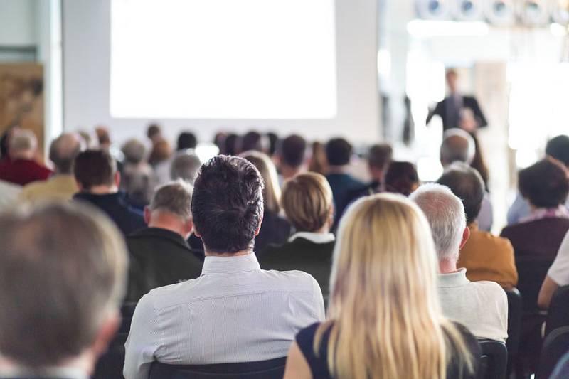 Un copropriétaire arrivant en retard peut-il participer à l'assemblée générale des copropriétaires ?